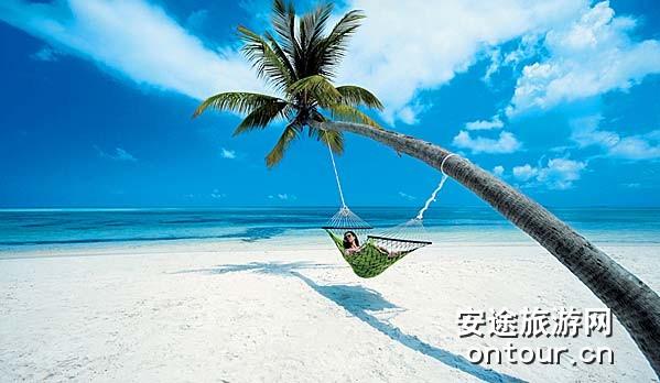 狄娃岛酒店(Diva Maldives)位于马尔代夫亚里南环礁(North Ari Atolls)群岛的南部。狄娃岛为马尔代夫最大的岛屿之一,长1.8公里,宽200米,这个面积为25英亩的私人岛屿拥有一片浅水礁湖,一望无际的沙滩和令人叹为观止的海洋生物,还有世界上最好的近海潜水场。 狄娃岛酒店(Diva Maldives)距离马累104公里,乘水上飞机25分钟可以到达马累(MALé),虽然这只是个短暂的旅行,但其难忘体验将永镌心底,空中游览马尔代夫开始一个独一无二的体验。 令人惊叹的狄娃岛酒
